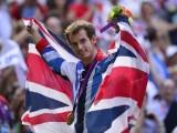 376699_le-britannique-andy-murray-medaille-d-or-du-simple-messieurs-en-tennis-avec-le-drapeau-de-la-grande-bretagne-aux-jo-de-londres-le-5-aout-2012-a-wimbledon