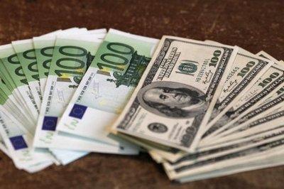 74877_des-billets-de-100-euros-et-de-100-dollars-americains